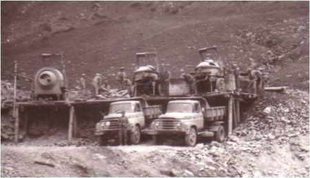 Betoniere și basculante la încărcat în Bucegi 1971